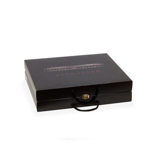 Estuchería de lujo, caja forrada en madera y cierre metálico